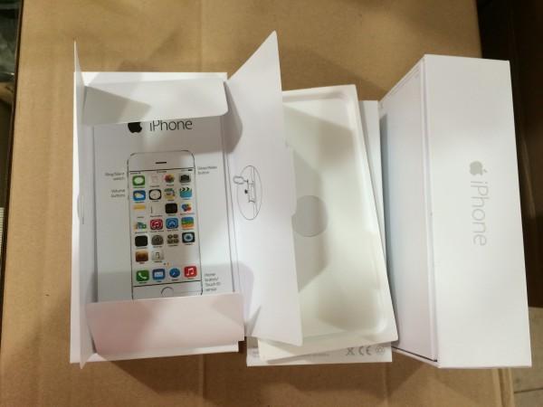 从左图我们可以看到苹果手机包装极其简单,主要以白色纸盒为主,配上